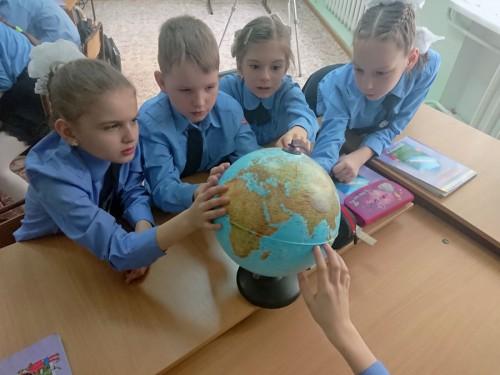Дети на уроке по изучению Земли